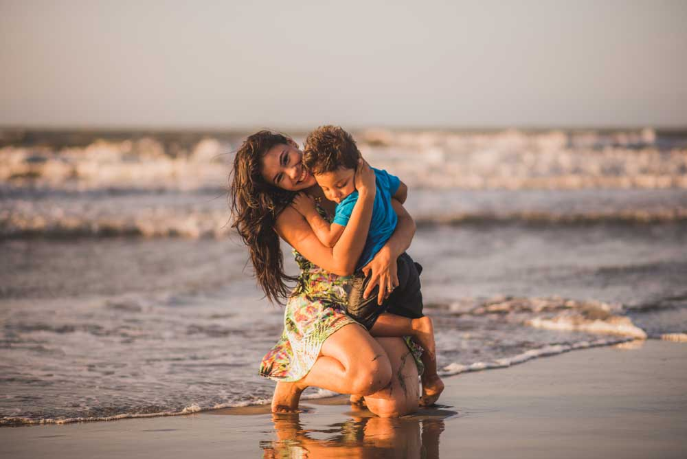 Foto divertida y familiar de mamá y niños en la playa de Cartagena